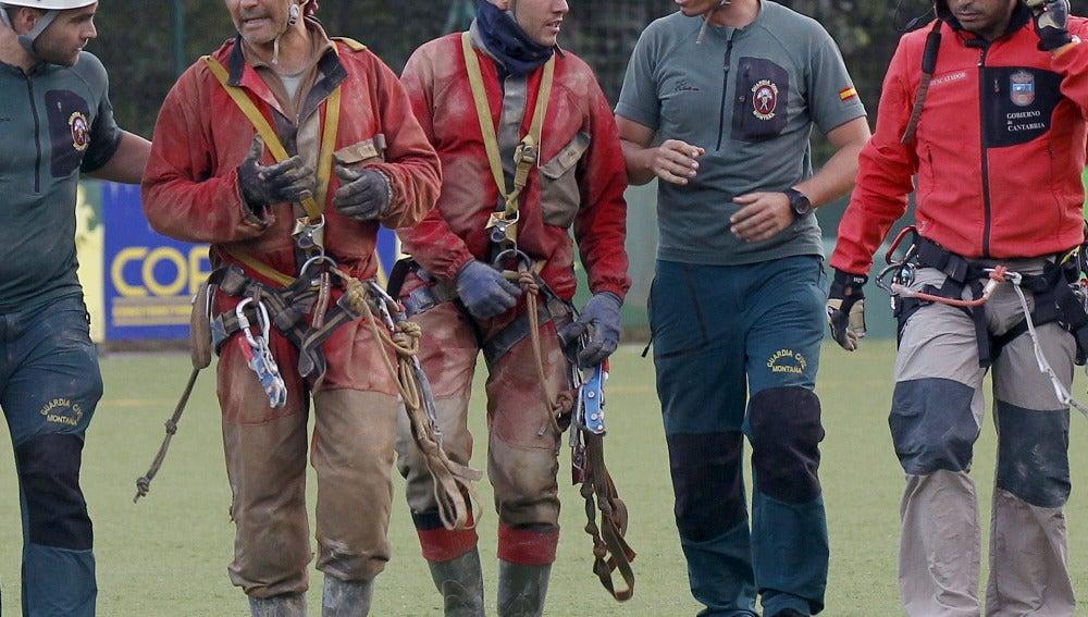 Los dos primeros espeleólogos madrileños, a su llegada al campo de fútbol de Ramales tras ser rescatados