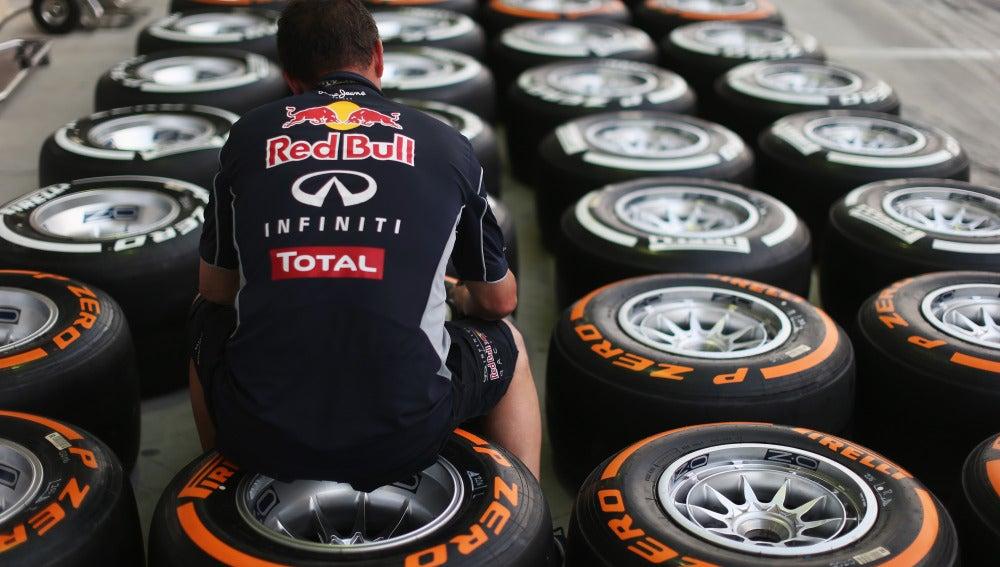 Un mecánico de Red Bull, junto a los neumáticos Pirelli