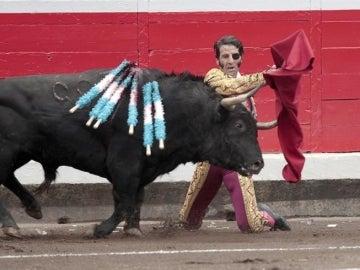 El torero Juan José Padilla da un pase de rodillas a su primer toro