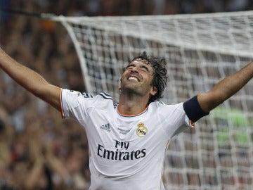 Raúl celebra su último gol con el Real Madrid