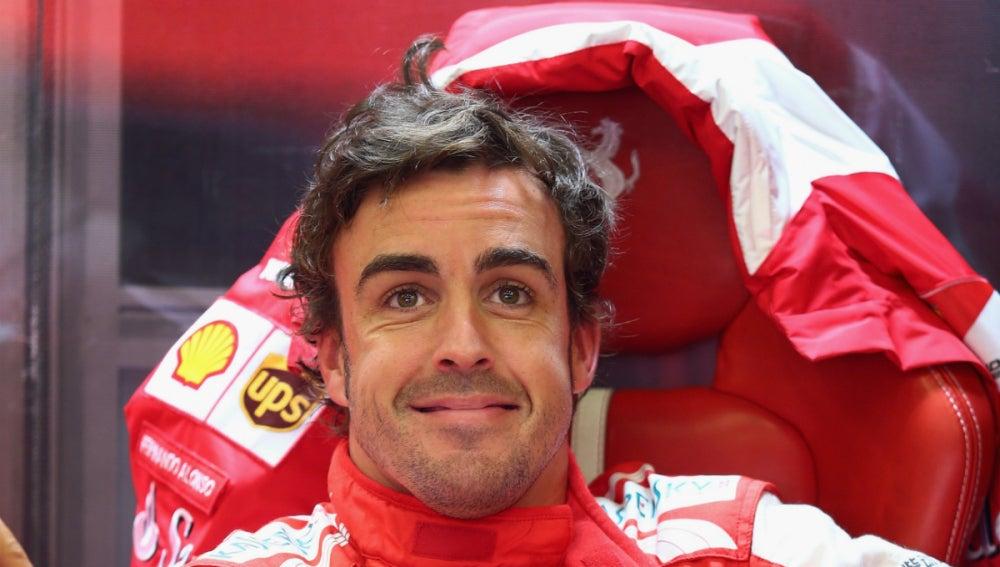 Alonso en el box de Ferrari