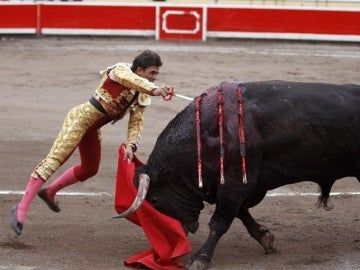 El matador de toros Alberto Aguilar, entrando a matar a su segundo enemigo