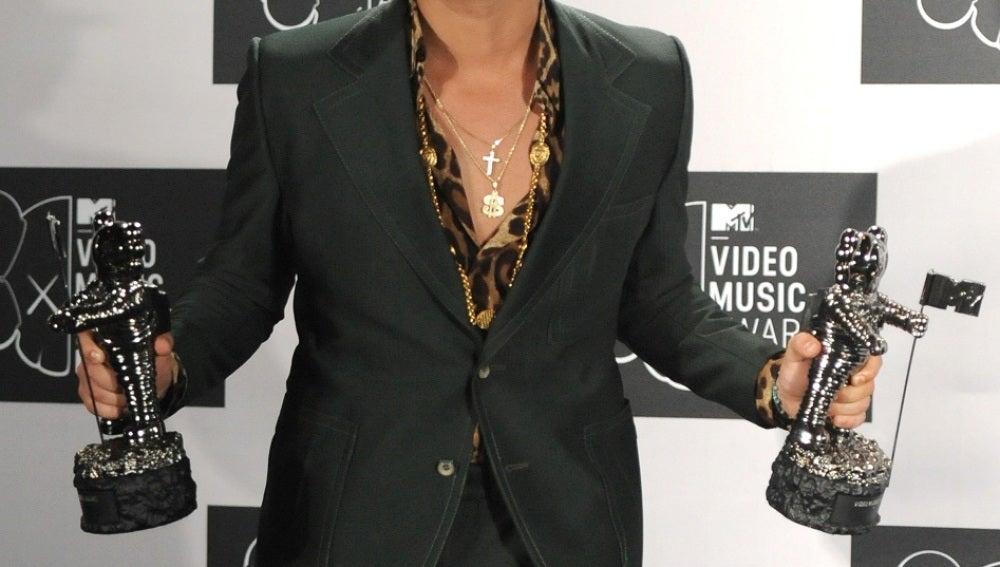 Un sonriente Bruno Mars con sus dos galardones en los VMA 2013
