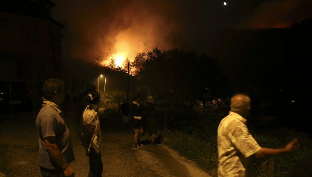 Los vecinos de Loureza observan las llamas del incendio forestal