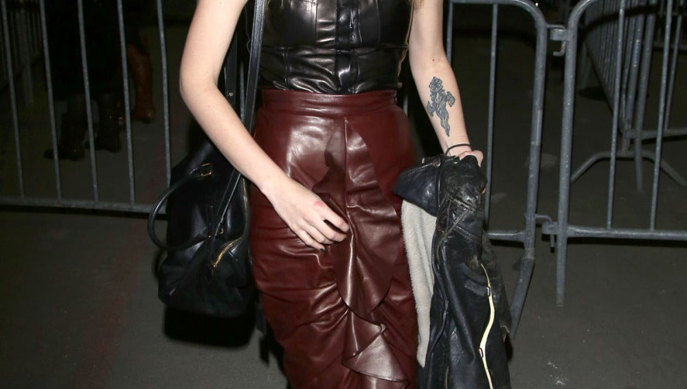 Muy 'grunge' con falda granate y blusa negra de cuero