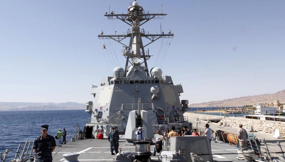 Maniobras militares a bordo de un buque de guerra estadounidense
