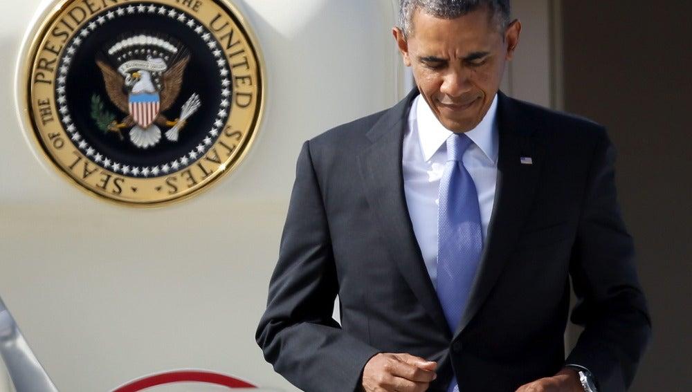 Obama bajando de un avión