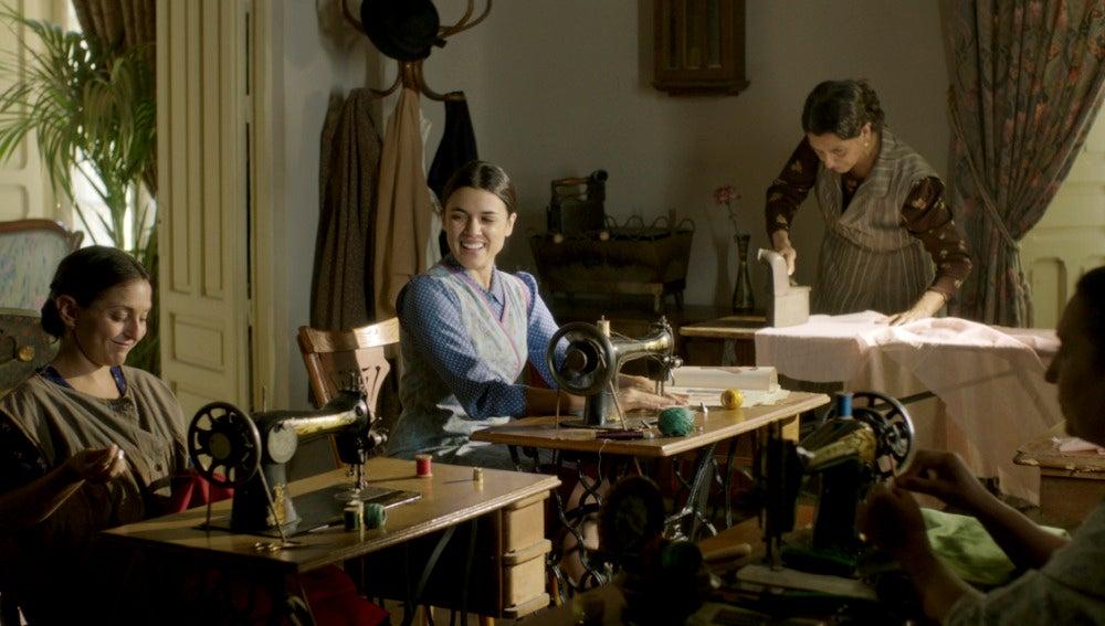 Sira, Dolores y Paquita, cosiendo