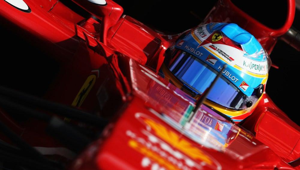 Alonso, en el cockpit del F138