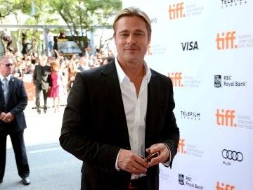 Brad Pitt muy guapo con el pelo recogido americana y camisa sin corbata