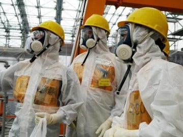 Varios operarios examinan la central nuclear de Fukushima