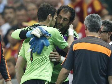 Momento del cambio entre Iker Casillas y Diego López