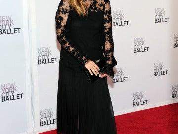 Drew Barrymore de negro en la alfombra roja