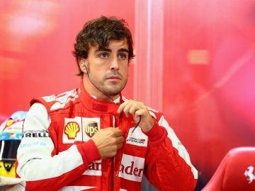 Fernando Alonso en el box de Ferrari en Singapur