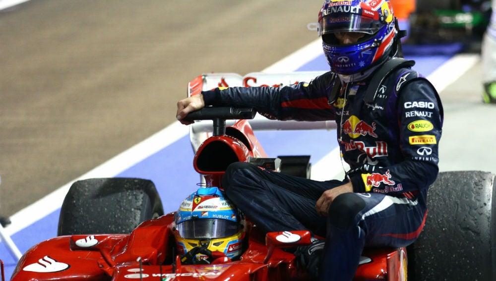 Webber subido al Ferrari de Alonso