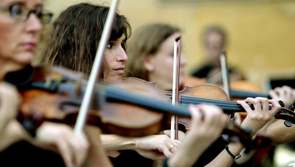 Varios violines suenan en a Plaza Zuloaga de San Sebastián