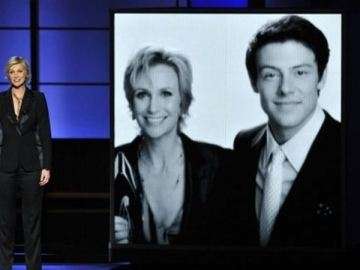 Jane Lynch (Glee) rinde tributo a Cory Monteith en los Emmy