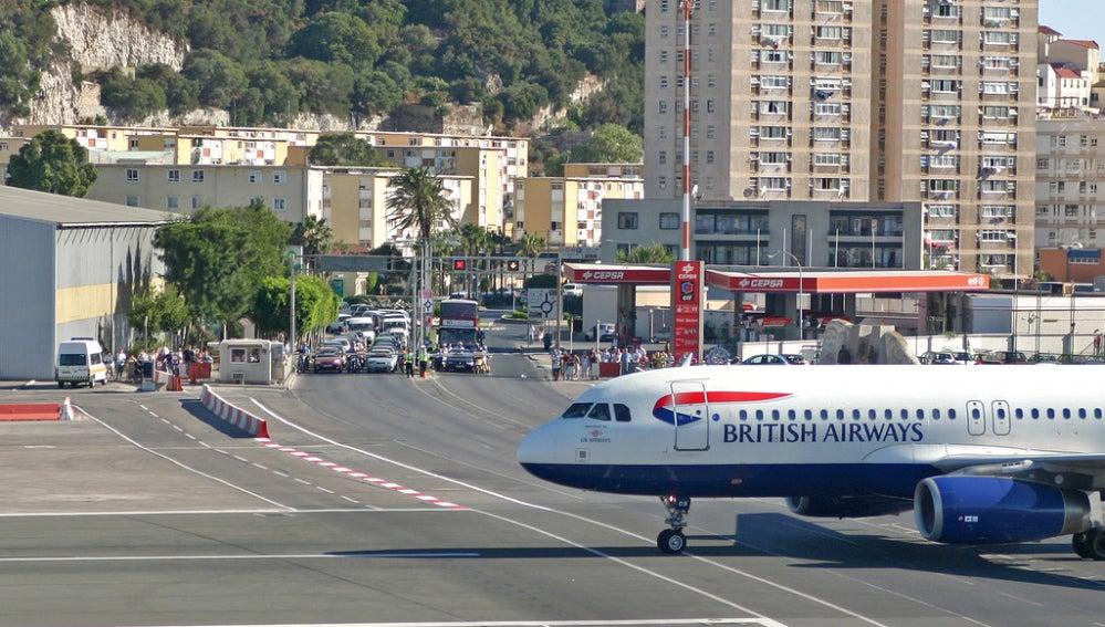 Calle cruzada por un aeropuerto en Gibraltar