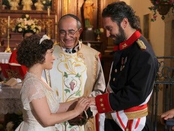 Candela y Tristán en el altar