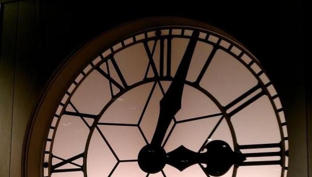 El domingo se retrasarán los relojes una hora