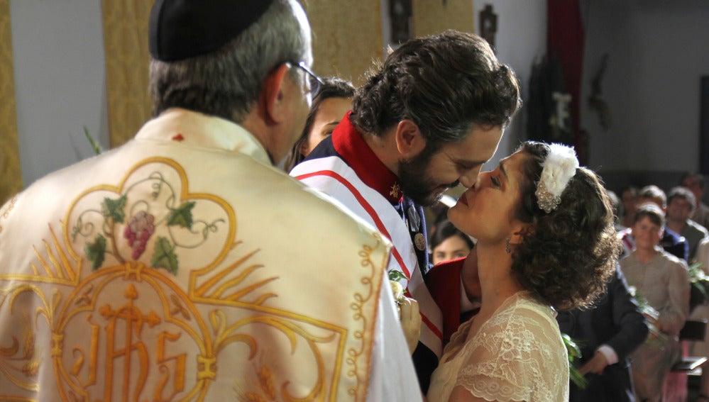 Candela y Tristán se besan en el altar