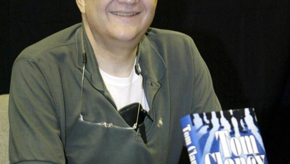 Tom Clancy posando con su libro 'Los dientes del tigre'