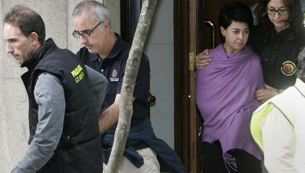 Alfonso Basterra y Rosario Porto acompañados por escolta policial