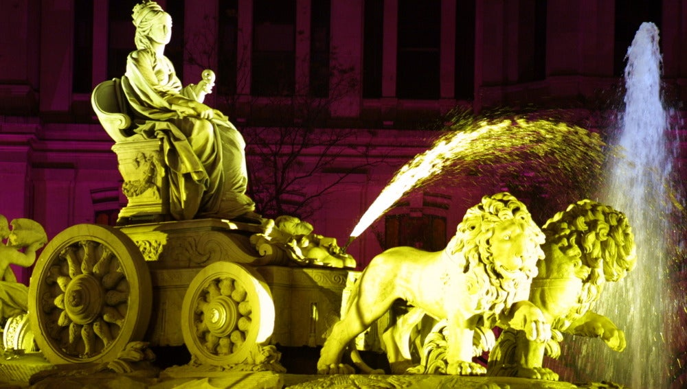 Fuente de Cibeles iluminada por la noche.