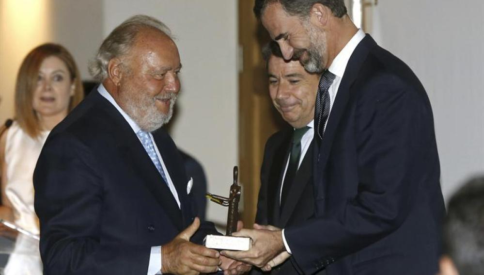 El Príncipe entrega uno de los premios 'Líber' 2013