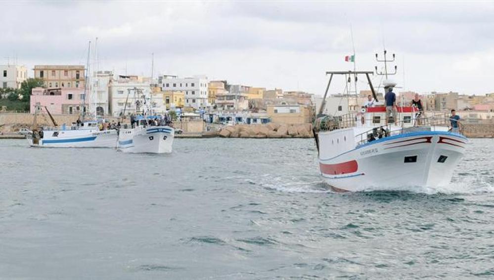 Barco frente a la isla de Lampedusa