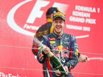 Vettel celebra su victoria en el podio de Corea