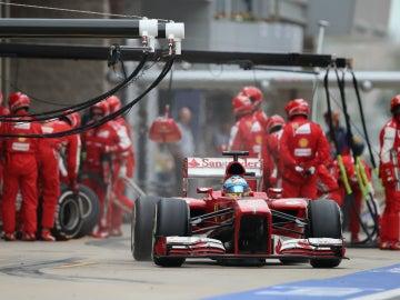 Alonso, a la salida del pit lane