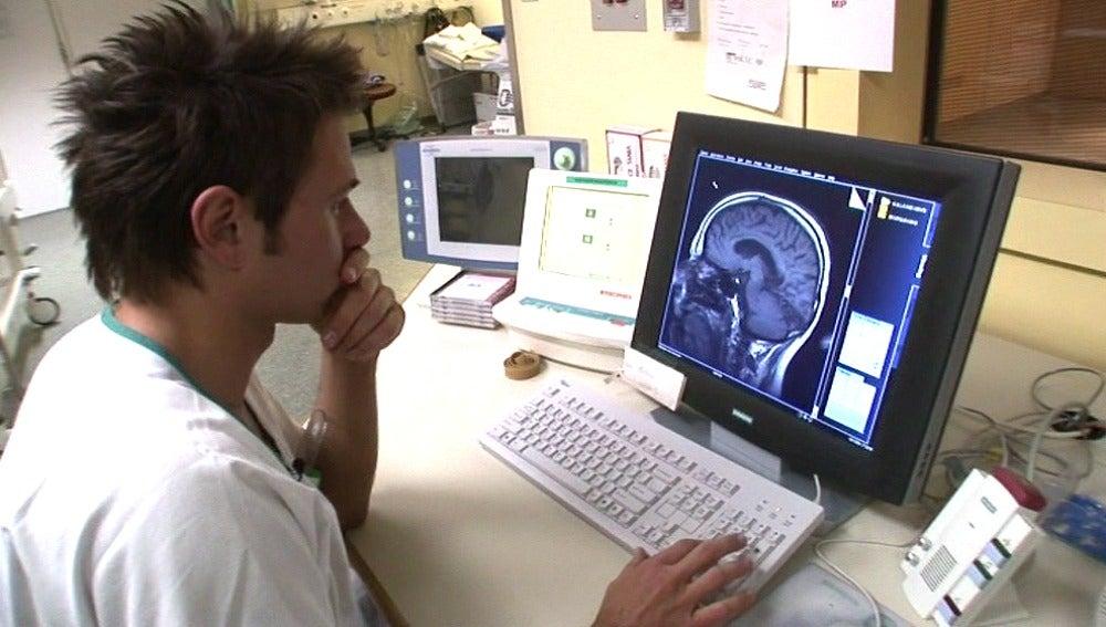 Un investigador analiza el funcionamiento del cerebro