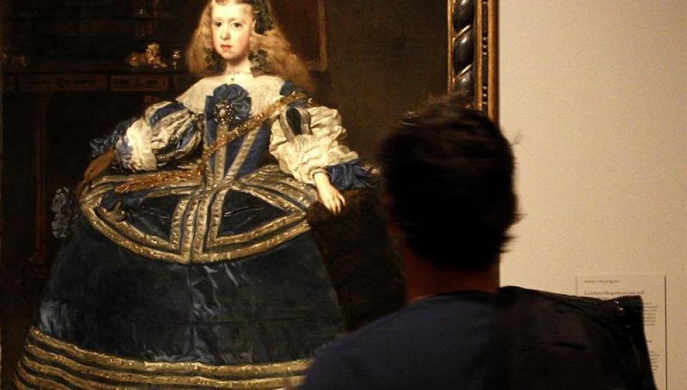 """Un visitante observa """"La infanta Margarita con traje azul""""."""