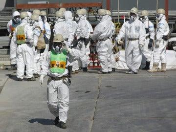 Trabajadores en las central de Fukushima