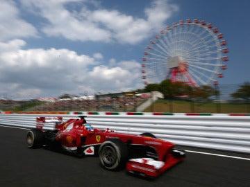 Alonso pasa junto a la noria de Suzuka