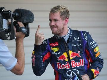 Vettel muestra su dedo a una cámara