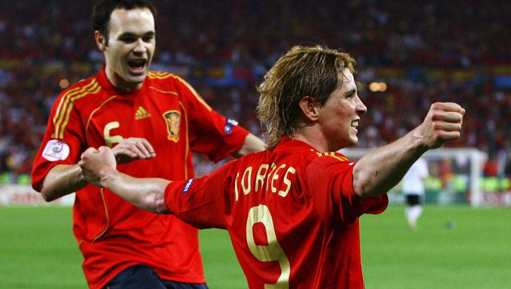Iniesta celebra con Torres un gol histórico