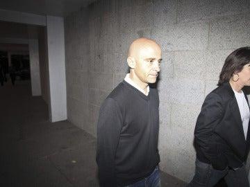 Antonio Lobato, a su llegada al funeral de María de Villota