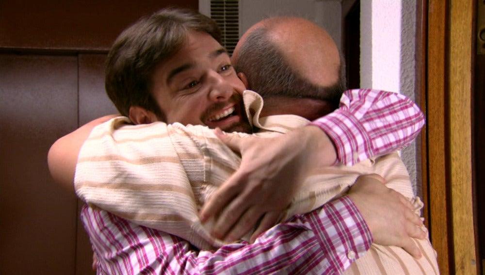 César abraza a su padre