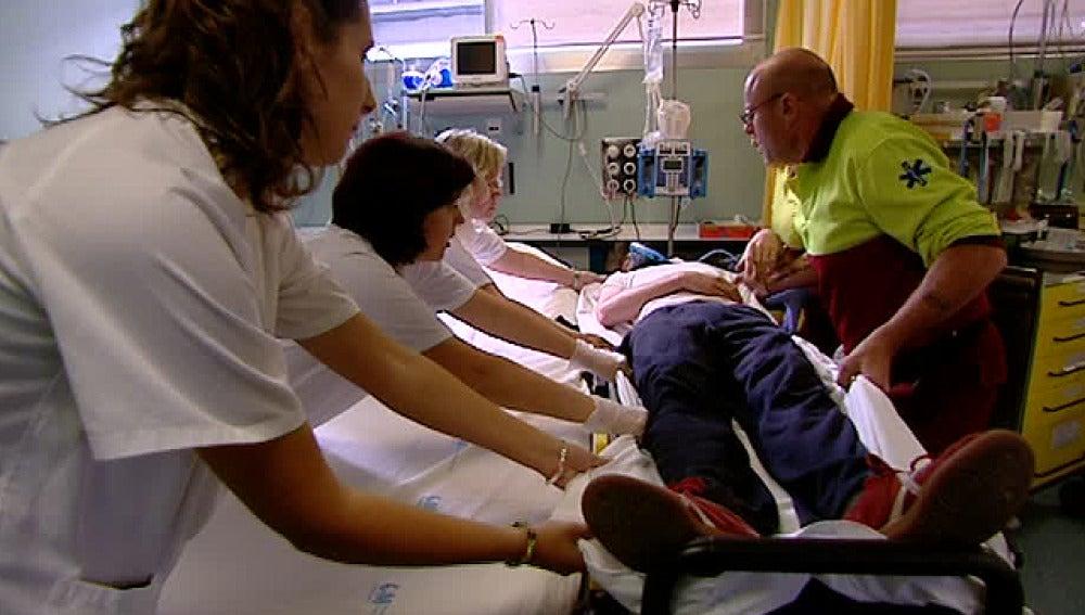 Una persona es atendida tras sufrir un ictus