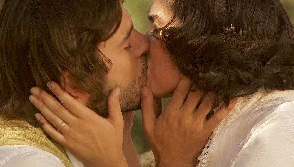 Gonzalo y María se besan apasionadamente
