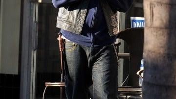 Charlie Hunnam rezando al cielo