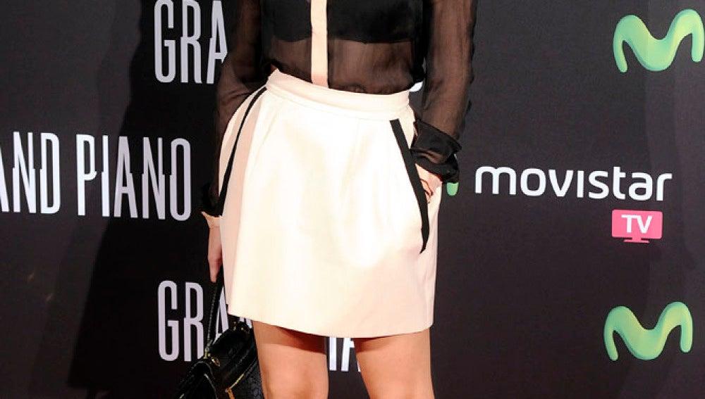 Patricia Conde con falda blanca y camisa negra de transparencias