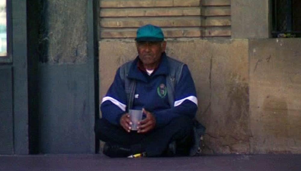 Un mendigo pidiendo en la calle