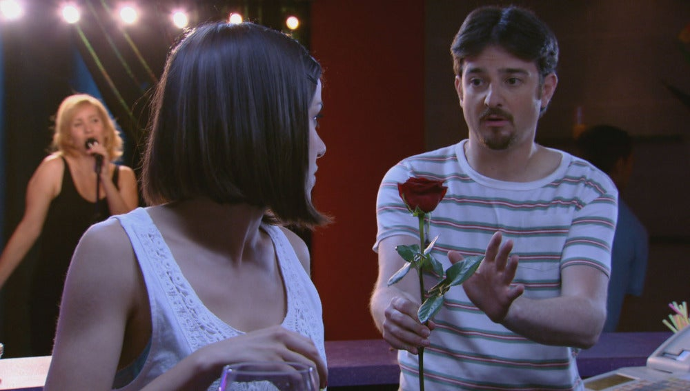 César entrega una rosa a Lucía