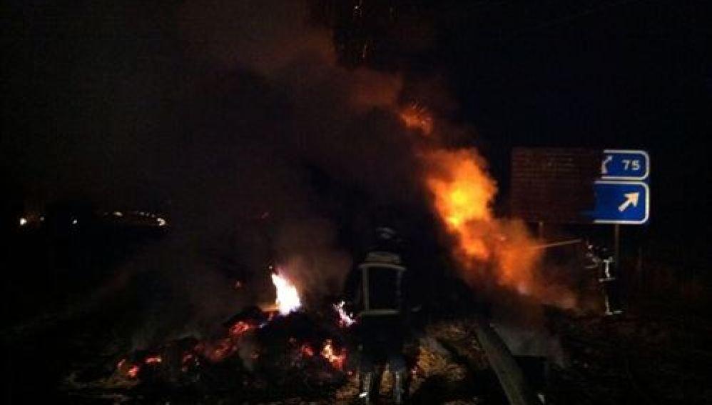 Arde un camión cargado de paja en la A-1