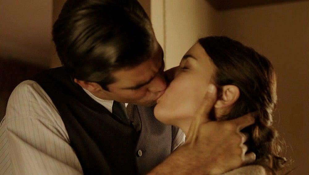 Sira va a casa de Ramiro y se besan