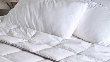 Edredones y almohadas de plumas.