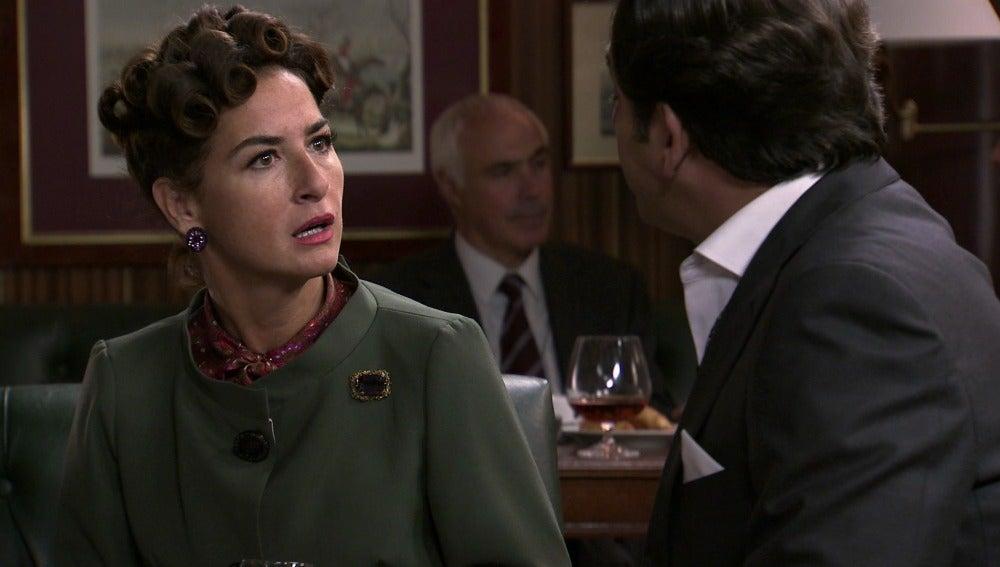 Augusto le dice a Elena que quizás no haya boda